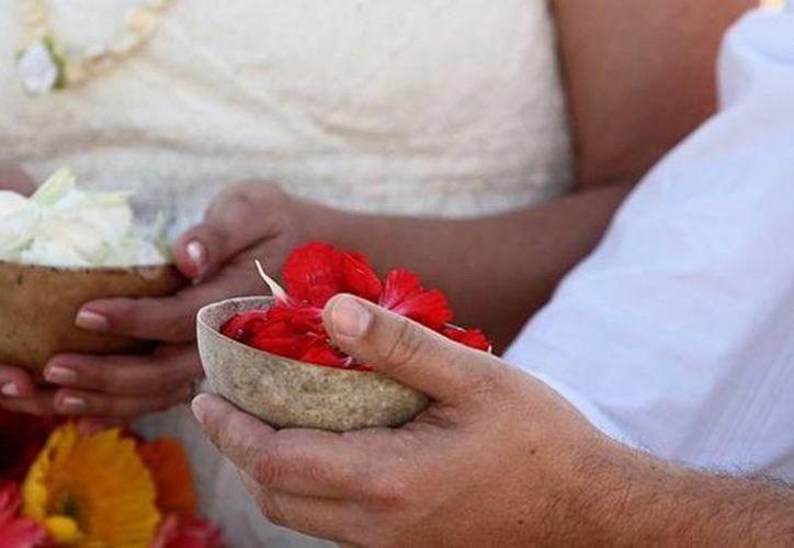 Para la gran celebración, la novia y el novio se visten de blanco, ella con su huipil especial y él con un traje de tela tejido a mano. (visitmexico.com)