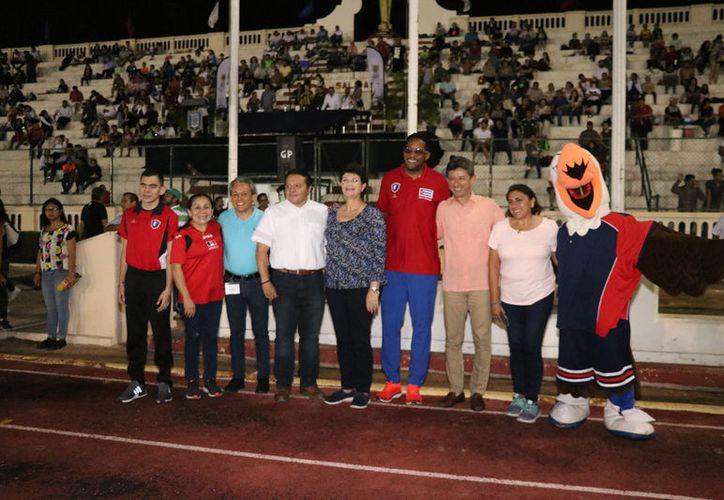 Javier Sotomayor (c), cubano que hizo historia en Olimpiadas, durante la inauguración.