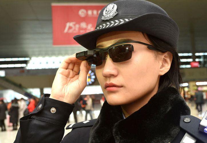 Las nuevas gafas de la Policía están conectadas directamente con una tableta que contiene una base de datos accesible fuera de línea. (AFP)