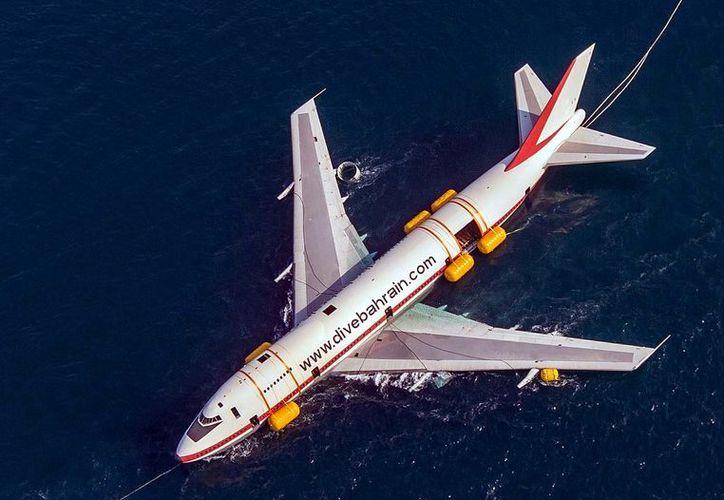 En Bahrein, un avión Boeing 747 fue puesto en altamar y remolcado por barcos en aguas del Golfo Pérsico para crear un arrecife artificial. (Agencia Reforma)