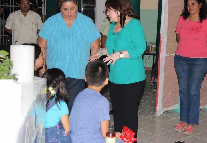 La fiscal del Estado, Celia Rivas, supervisó la llegada de los niños Medina Molina en las instalaciones del Caimede. (Luis Pérez/SIPSE)