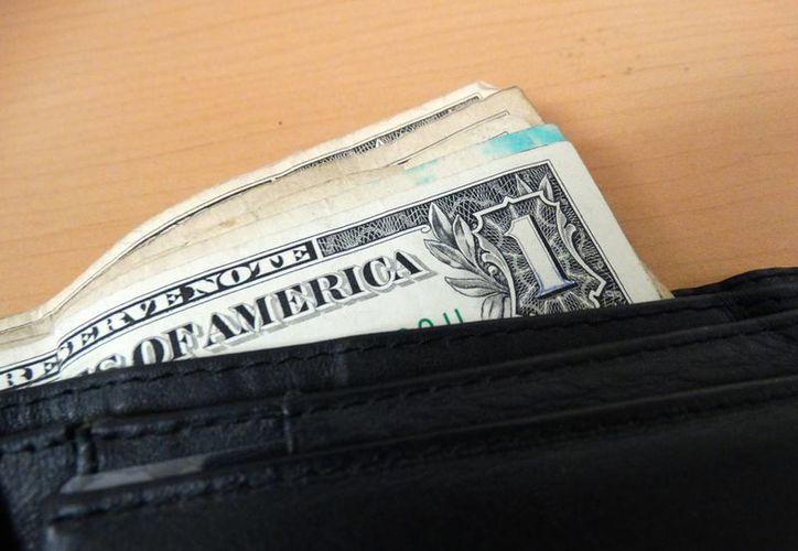 La divisa norteamericana la ofrece Bancomer en 18.21 pesos; Banorte en 18.20; mientras que Banamex y Santander lo ofertan en 18.07. (SIPSE)