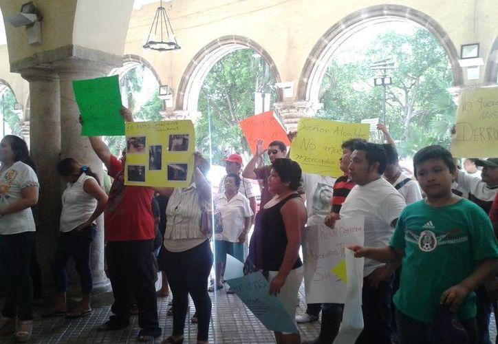 Locatarios del mercado Lucas de Gálvez se manifiestan a las puertas del Palacio Municipal de Mérida. (SIPSE)