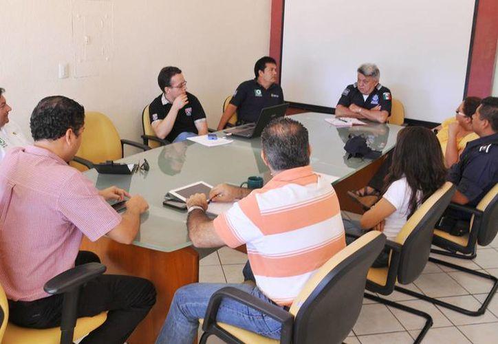Las autoridades de seguridad durante una reunión con la Secretaría General de la Comuna. (Cortesía/SIPSE)