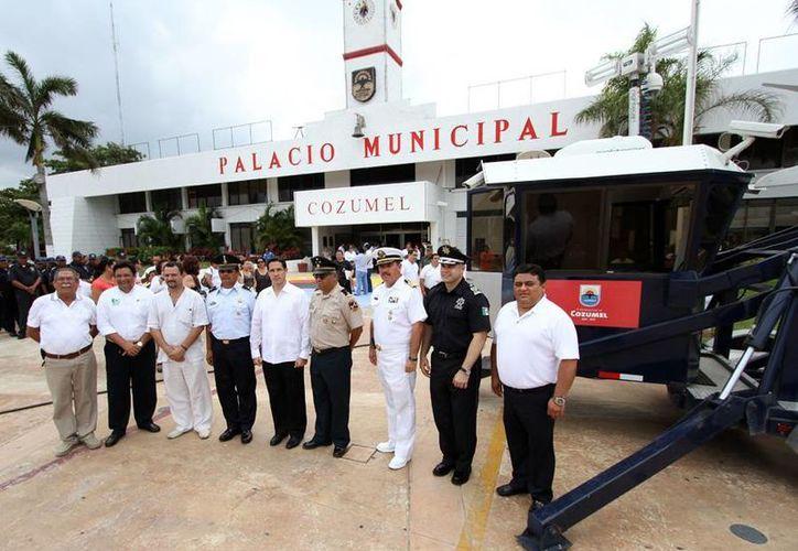 La ceremonia de entrega del equipo de seguridad en los bajos del Palacio Municipal. (Cortesía/SIPSE)