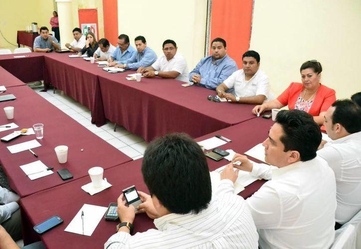 Alcaldes y dirigentes de sectores se reunieron con la cúpula estatal del PRI. (Milenio Novedades)