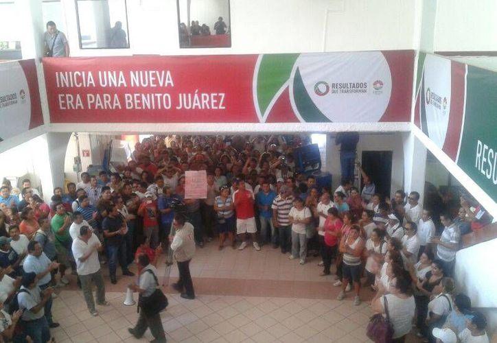 Los manifestantes en el Ayuntamiento de Benito Juárez. (Redacción/SIPSE)