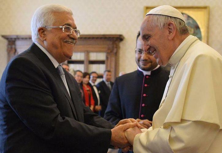 El Papa Francisco estrecha las manos del presidente palestino, Mahmud Abás, durante una audiencia en el Vaticano. (Agencias)