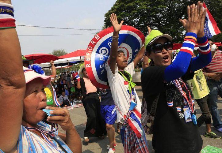 Manifestantes antigubernamentales celebran la decisión del Tribunal Constitucional en Bangkok,Tailandia, acerca de invalidar las elecciones del 2 de febrero. (EFE)