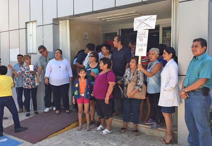 El personal médico, administrativo y derechohabientes se manifestaron la mañana de ayer. (Jesús Tijerina/SIPSE)