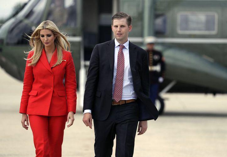 Ivanka y Eric Trump, ambos hijos del presidente Donald Trump, se dirigen a abordar el avión presidencial para viajar con su padre a Tampa, Florida, el martes 31 de julio de 2018, en la Base Andrews de la Fuerza Aérea, en Maryland. (AP)