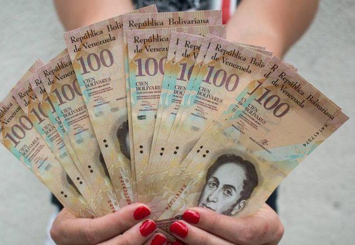 El presidente Nicolás Maduro ha extendido en cuatro ocasiones la vigencia del billete de 100 bolívares. (Archivo/Agencias)