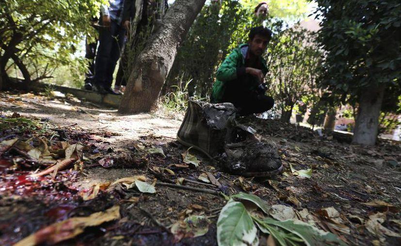 arios yemeníes inspeccionan el lugar de una explosión en la Universidad de Saná. (EFE)