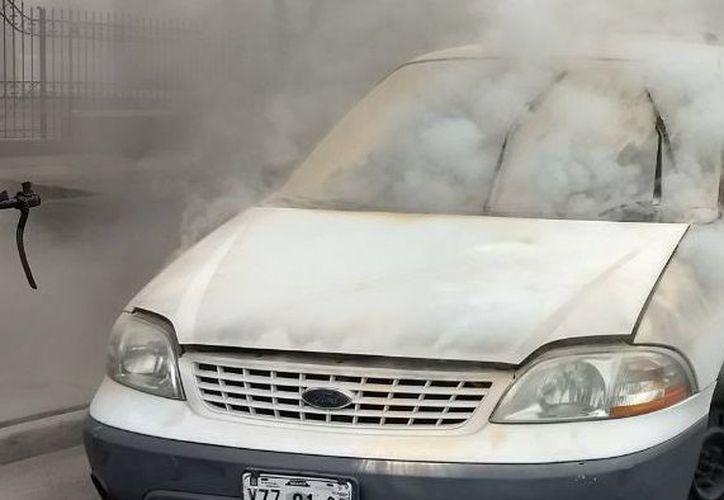 La camioneta Windstar color blanco, comenzó a incendiarse sobre Paseo de Montejo, a la altura de la calle 45. (SIPSE)