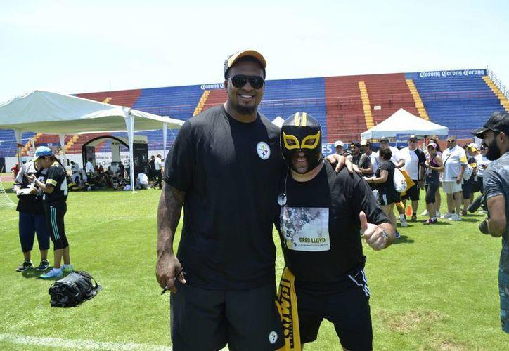Los jugadores de la NFL convivieron con sus fans en el estadio Andrés Quintana Roo en Cancún. (Carlos Tomasini/SIPSE)