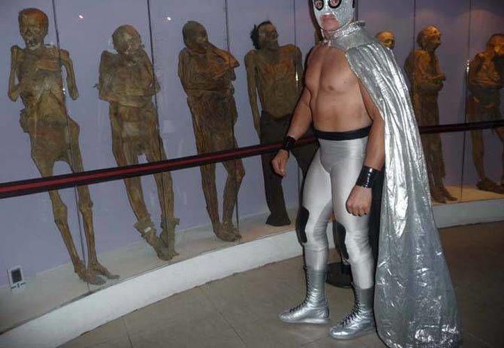 El nieto del Santo ya ha tenido experiencias en el ring, el año pasado debutó en Londres aunque bajo el nombre de Tempestad. (igeteomx.info)