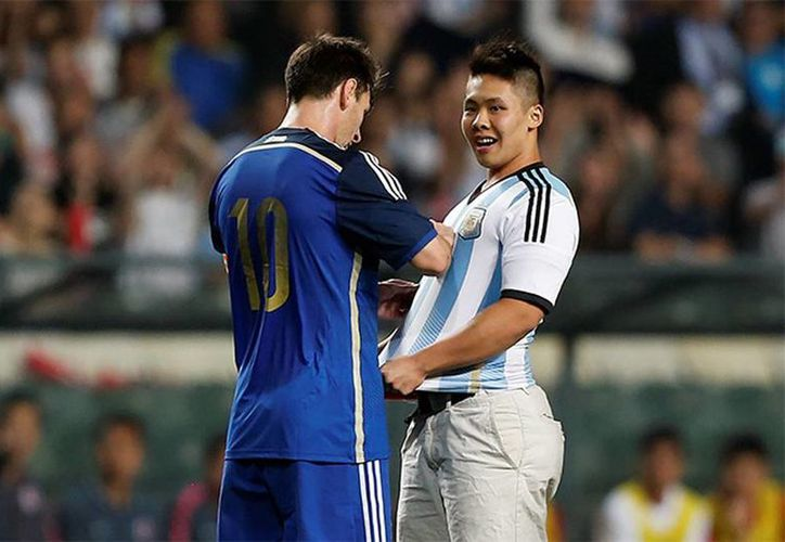 Messi recompensó la audacia del fan autografiándole la playera de la Albiceleste. (Excélsior)