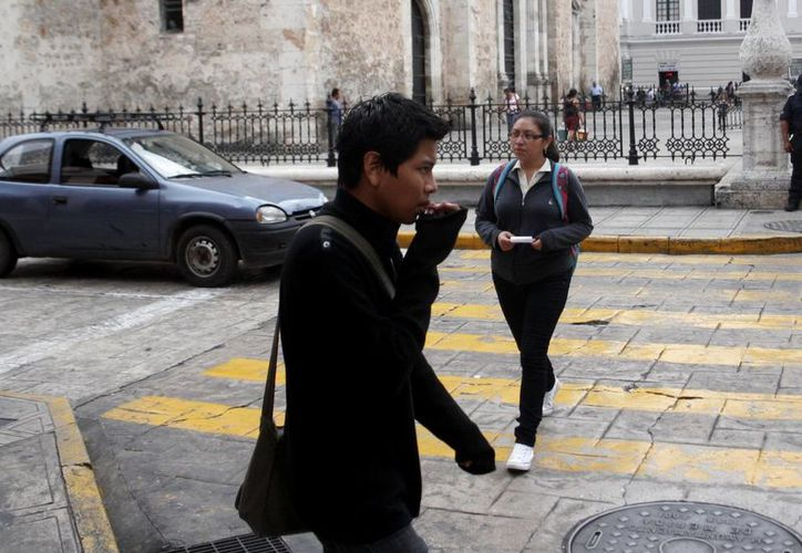 El domingo por la mañana algunas personas desempolvaron los suéteres ante el descenso de la temperatura. (Christian Ayala/SIPSE)