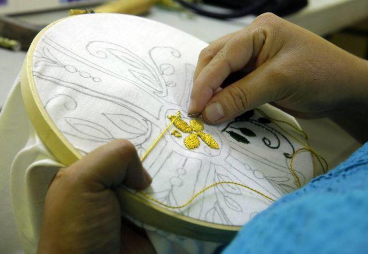 Un grupo de mujeres, la mayoría mexicanas, realizarán los bordados de los manteles que se usarán en los actos del Papa Francisco en Nueva York. (Agencias)