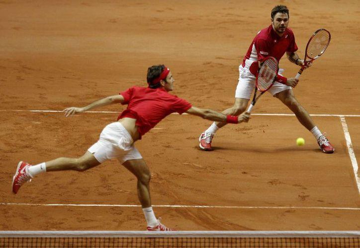 Los suizos Roger Federer y Stanislas Wawrinka no perdieron su saque ni una sola vez en el partido de dobles de Copa Davis. (Foto: AP)