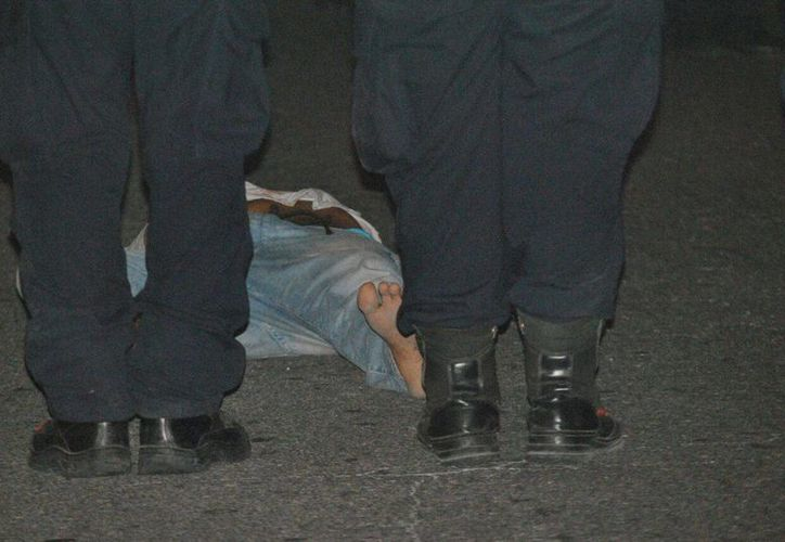 El detenido que cayó de una patrulla en movimiento se encuentra grave. (Eric Galindo/SIPSE)