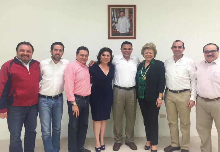 Este lunes en el Congreso de Yucatán el gobernador Rolando Zapata reconoció la labor de diputados federales en la partida presupuestal de egresos. (Foto cortesía del Gobierno de Yucatán)
