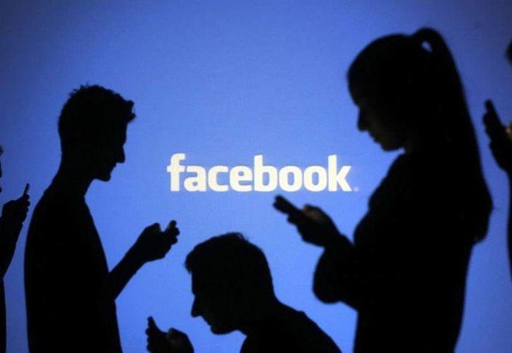Los investigadores descubrieron que las personas creen que la interacción en línea es menos satisfactoria que una conversación 'offline'. (Archivo/Reuters)