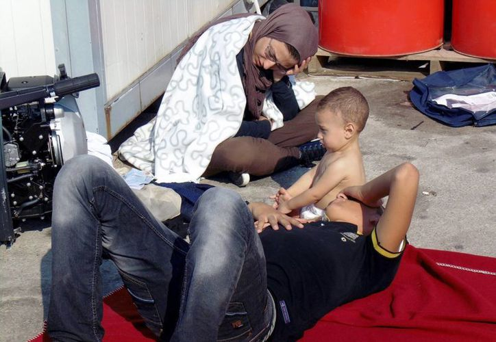 Imagen de algunos de los refugiados que fueron rescatados por autoridades de Grecia. (EFE)