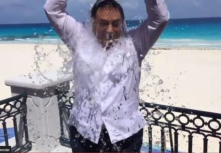 El gobernador de Quintana Roo, Roberto Borge Angulo, publicó en Twitter su participación en el reto de la cubeta de agua con agua helada. (Redacción/SIPSE)