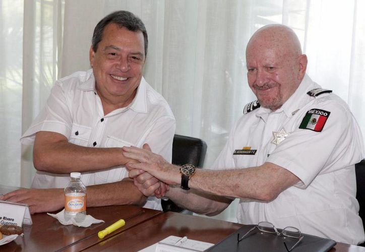 El gobernador de Guerrero, Angel Aguirre, en el encuentro con Manuel Mondragón, comisionado nacional de Seguridad. (Notimex)