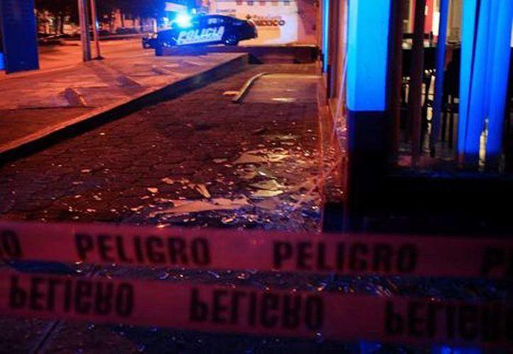 Las autoridades reportaron las explosiones en las oficinas del INE-Puebla. Fotografía del lugar donde lanzaron uno de los explosivos. (Andrés Lobato/Milenio)