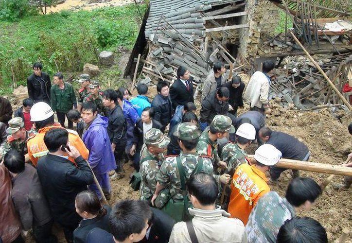 Labores de rescate en Yiliang, provincia suroccidental china de Yunnan, tras un corrimiento de tierras en octubre de 2010. (EFE/Archivo)