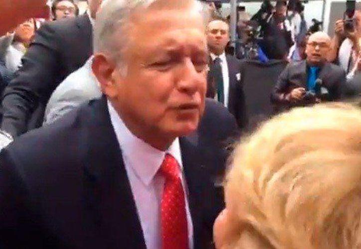 En lugar de contestar a la pregunta de la reporta, López Obrador la besó. (Twitter)