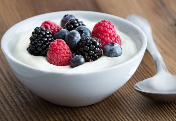 El yogurt también ayuda a causar saciedad debido a sus altos contenidos de fibra soluble. (SIPSE)