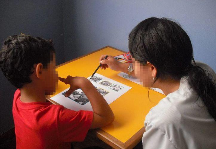 En Yucatán el autismo afecta a uno de cada 100 menores de edad, motivo por cual se establecen nuevas estrategias de atención al paciente. Imagen de una profesional que atiende a un niño con este padecimiento. (Archivo/SIPSE)