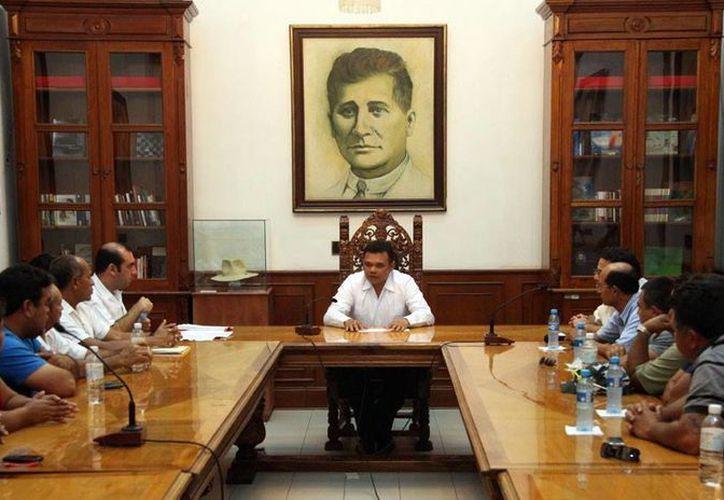 El gobernador Rolando Zapata Bello en reunión con pescadores en Palacio de Gobierno. (Milenio Novedades)
