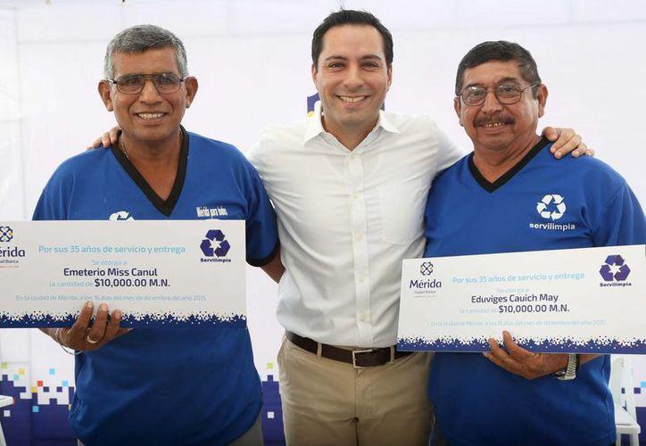 El alcalde de Mérida entregó estímulos a empleados de Servilimpia en base a sus años de servicio. (Foto cortesía del Ayuntamiento)