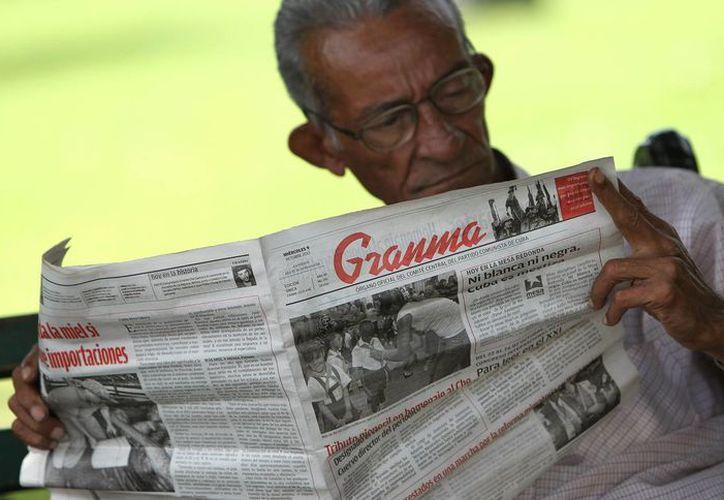 Un hombre lee un ejemplar del periódico cubano Granma, órgano oficial del Partido Comunista. (Archivo/EFE)