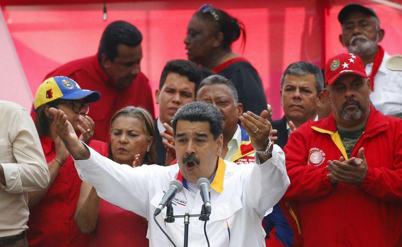 En esta foto del 20 de mayo de 2019, el presidente venezolano Nicol s Maduro habla ante sus simpatizantes afuera del palacio de Miraflores en Caracas. (Foto AP/Ariana Cubillos, archivo)
