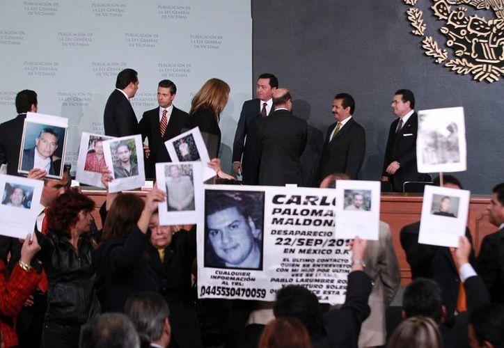 Familiares de víctimas por la violencia en el país mostraron pancartas y fotografias de sus seres queridos. (Notimex)