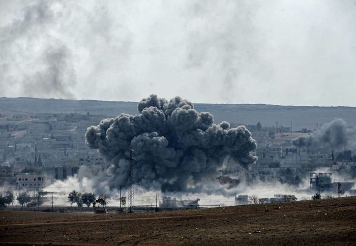Vista de una explosión en Kobani, Siria, tomada desde Turquía. (Archivo/EFE)