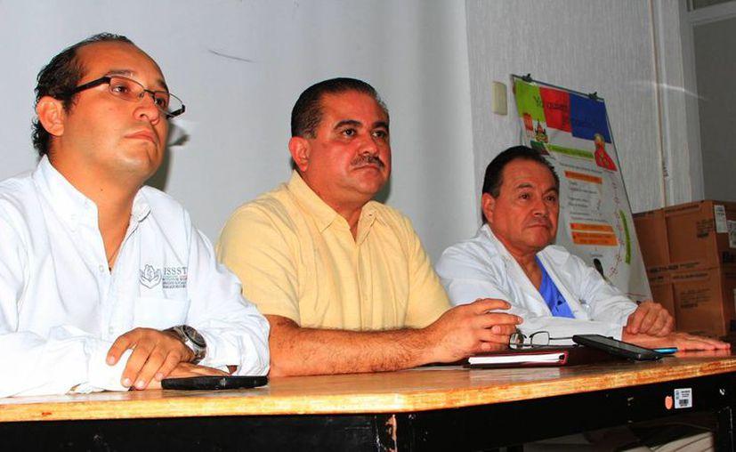 Martín Perales Martínez, subdelegado médico del Instituto, dijo que el paciente llegó sin signos vitales. (Ángel Castilla/SIPSE)