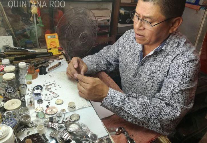 Su padre le heredó una relojería en el mercado 23 de Cancún. (Foto: Israel Lea/SIPSE).