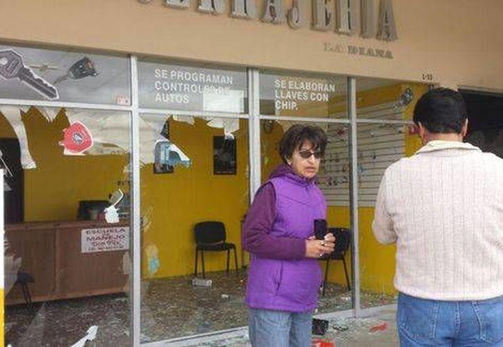 Los daños a vidrios de los locales. (Juan de Dios García Davish/Milenio)