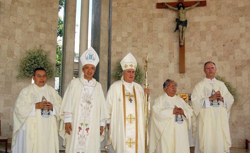 La misa fue celebrada por el cumpleaños número 74 del Arzobispo de  Yucatán y como acción de gracias por el nuevo cargo de Mons. Patrón Wong. (Wilbert Argüelles/Milenio Novedades)