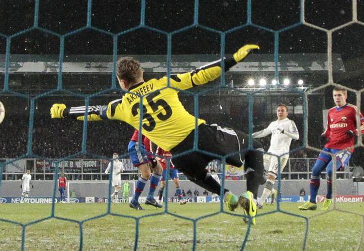 Goetze (segundo desde la derecha) anota su segundo gol frente al arquero Akinfeev en la victoria del Bayern sobre el CSKA. (Agencias)