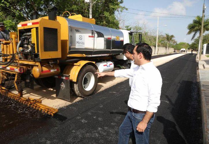 El alcalde de Mérida, Mauricio Vila, supervisó este martes las obras de construcción entre la avenida Andrés García Lavín y Altabrisa. A solicitud de los vecinos el proyecto se amplía más de medio kilómetro. La inversión pasará de casi 7 a 8.5 mdp. (Foto cortesía del Ayuntamiento de Mérida)
