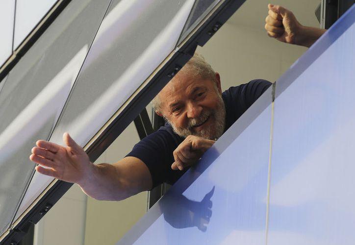 Former Brazilian President Luiz Inacio Lula da Silva greets from a window of the headquarters of the Metalworkers Union in Sao Bernardo do Campo, Brazil, on April 7, 2018. (AP Photo / Nelson Antoine, archive).