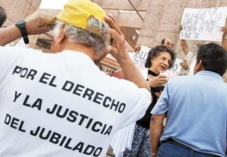 Jubilados se quejan del personal que los atiende en las instalaciones de la dependencia. (Milenio)