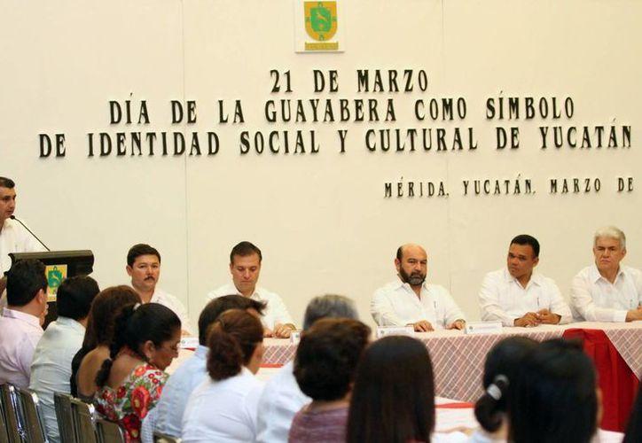 El evento que encabezaron empresarios y funcionarios de gobierno para instituir el Día de la Guayabera. (SIPSE)